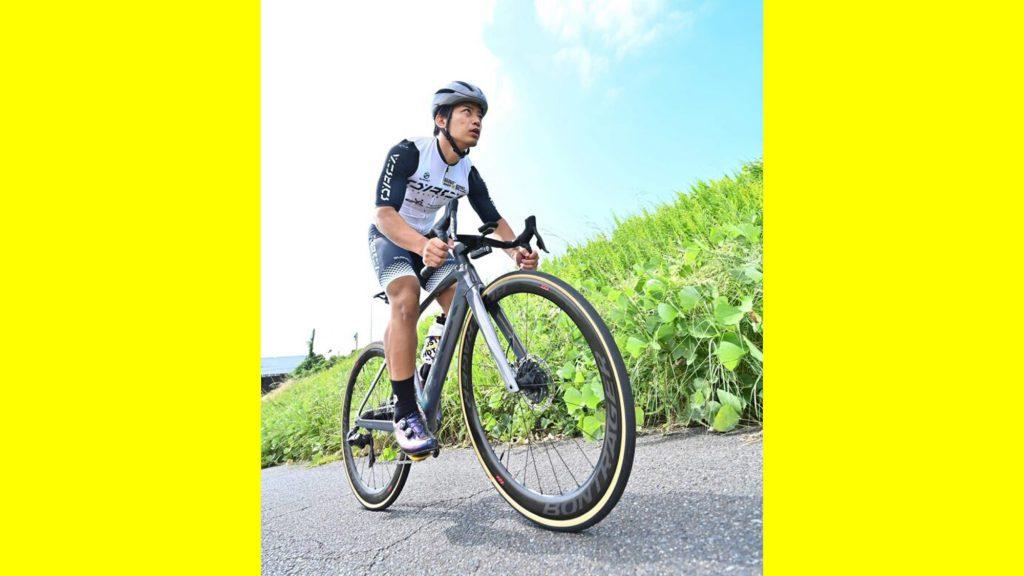 草原を走る自転車のシルエット